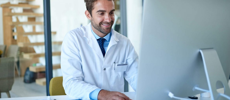 Médico usando sistema hospitalar